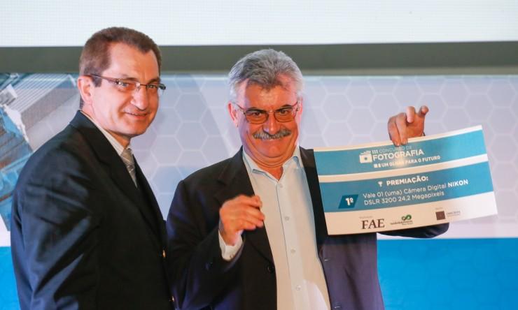 A vencedora do concurso, Giovana Fiuza Lima Sada, foi representada pelo diretor de Pós-Graduação, Antoninho Caron.