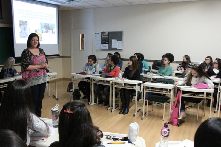 Palestra do curso de Pedagogia da FAE sobre atendimento escolar hospitalar e domiciliar.