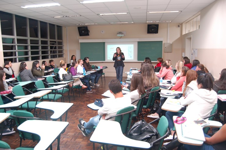 Palestra do curso de Pedagogia da FAE sobre as possibilidades do trabalho do pedagogo nas empresas.