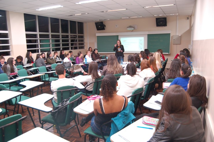 Palestra do curso de Pedagogia da FAE sobre as possibilidades do trabalho do pedagogo nas empresas.