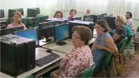 Idosos descobrem o universo digital na FAE São José dos Pinhais.