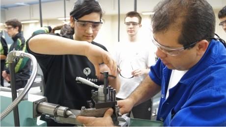 Alunos do ensino médio das unidades do Colégio Bom Jesus/Curitiba participaram de diversas atividades na FAE Centro Universitário.