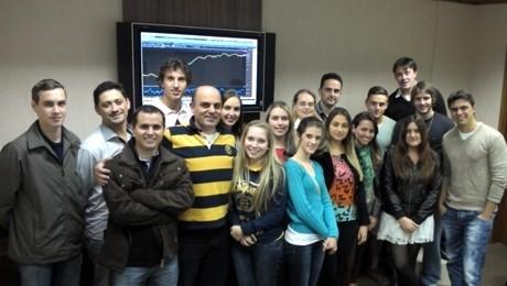Alunos da FAE realizam visita técnica à corretora de valores em Blumenau.