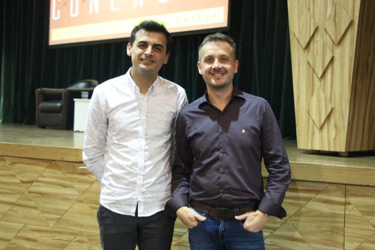 O professor Ewerton de Sá Kaviski e o coordenador de Letras, Rogerio Tomaz.