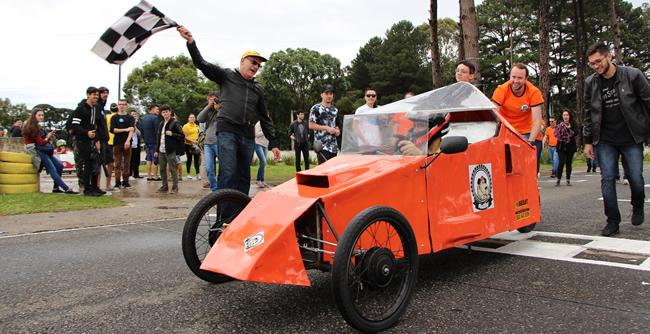 Mesmo sob forte chuva, competição de carros produzidos por alunos da FAE foi um sucesso