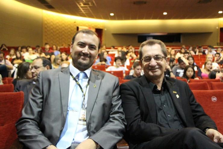 O pró-reitor Acadêmico da FAE, Everton Drohomeretski, à esquerda do reitor, Frei Nelson José Hillesheim.