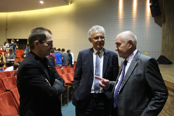 Da esquerda para a direita: o reitor da FAE, Frei Nelson José Hillesheim, o diretor de Relações Corporativas da Instituição, Paulo Cruz, e o palestrante Bernt Entschev.