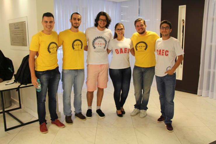 Estudantes integrantes do Diretório Acadêmico Euclides Cunha (DAEC) e a Associação Atlética Acadêmica da FAE.