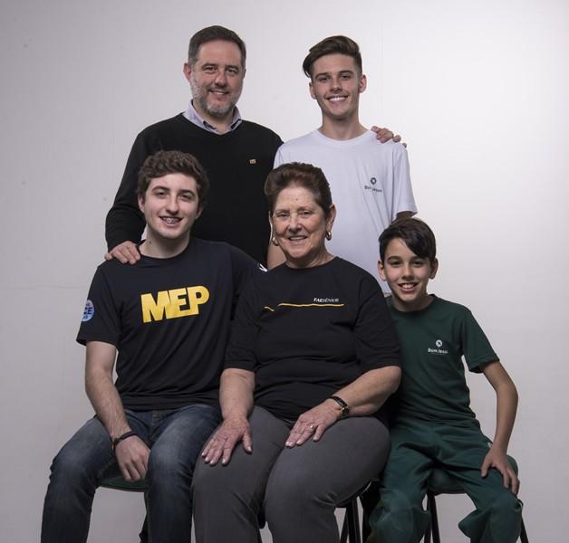 Legenda da foto: No sentido horário, a aluna do FAE Sênior Marilena Oliveira de Almeida Santos, o neto Lorenzo, o filho Carlos, e os outros dois netos Breno e Germano.