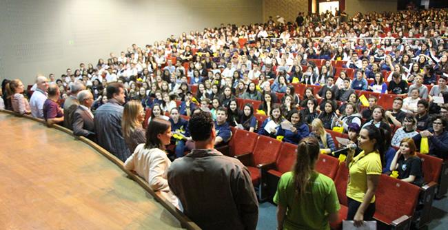 Mais de 600 estudantes do Ensino Médio participaram do encontro de cursos de graduação da FAE