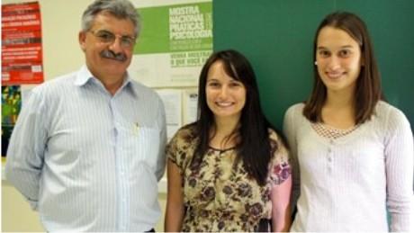 Antoninho Caron, coordenador do Curso de Administração, com as alunas Bianca e Tess, intercambistas da Alemanha.