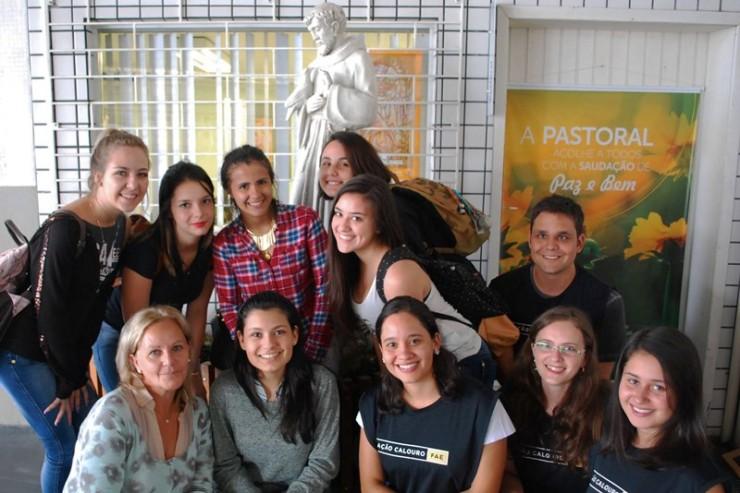 Calouros FAE com a equipe da Pastoral Universitária.