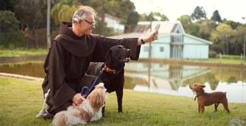 Confira a bênção dos animais, celebrada pelo presidente do Grupo Educacional Bom Jesus, Frei João Mannes