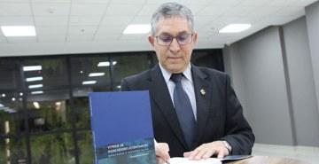 Professor da FAE, Gilmar Mendes Lourenço, lança livro com estudos sobre indicadores econômicos